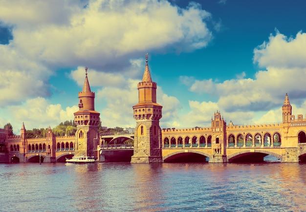 Oberbaumbrücke in berlin an einem strahlend sonnigen tag