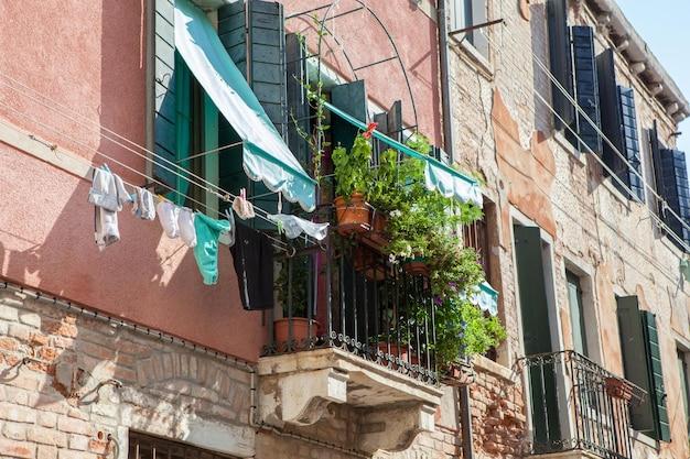 Oberer kreis oder balkon in einem der venezianischen gebäude in italien dargestellt
