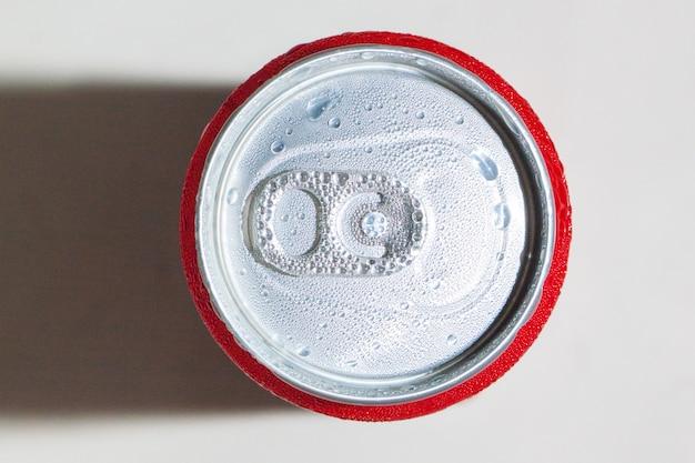 Oberes aluminium öffnen die dose mit tropfen wasser aus gefrorenem eis im kühllager