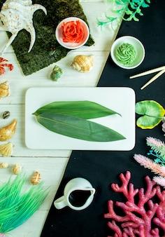 Oberes bambusblatt mit ingwer und wasabi