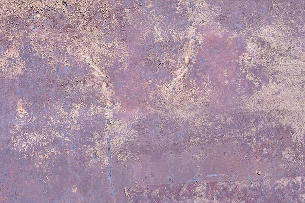 Oberfläche der schäbigen metallwand mit lila flockenfarbe.