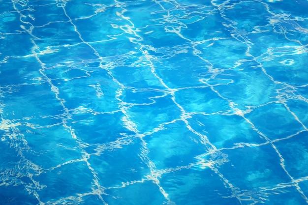 Oberfläche des blauen wassers im pool, spitzenwasser des naturhintergrundes.