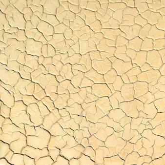 Oberfläche des getrockneten seebetts mit rissen im schlamm, natürlicher hintergrund