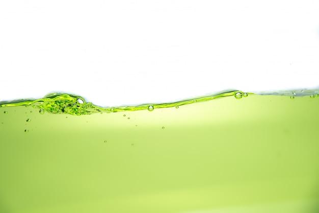 Oberfläche des grünen wassers mit luftblase