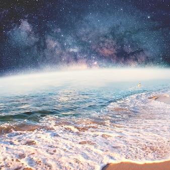 Oberfläche des planeten wie meer mit sternen im hintergrund collage mit kosmos- und astronomiethema