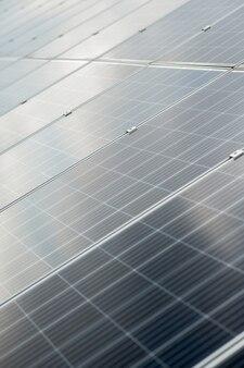 Oberfläche solarpanel. glattes, reflektierendes, graues, sicheres solarpanel an schönen tagen auf dem land