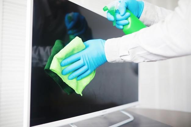 Oberflächen abwischen desinfektionsmittel türgriffe tv elektrisch