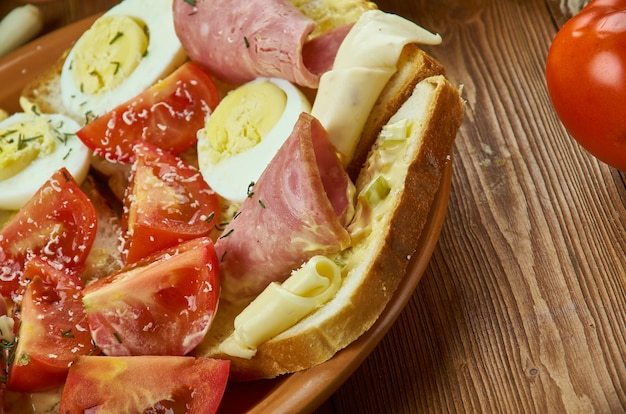 Oblozene chlebicky, offenes sandwich, tschechische küche, traditionelle verschiedene gerichte, ansicht von oben.