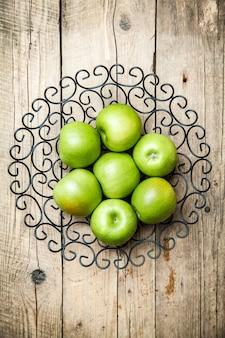Obst. äpfel in einer schüssel auf holztisch
