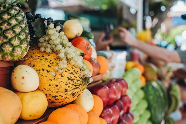 Obst auf dem straßenbauernmarkt frische sommerfrüchte für säfte und smoothies sommerliche vitamine gesund...