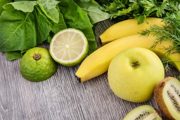 Obst, gemüse und gemüse auf einem holz. speicherplatz kopieren.