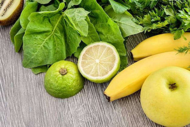 Obst, gemüse und gemüse auf einem holz