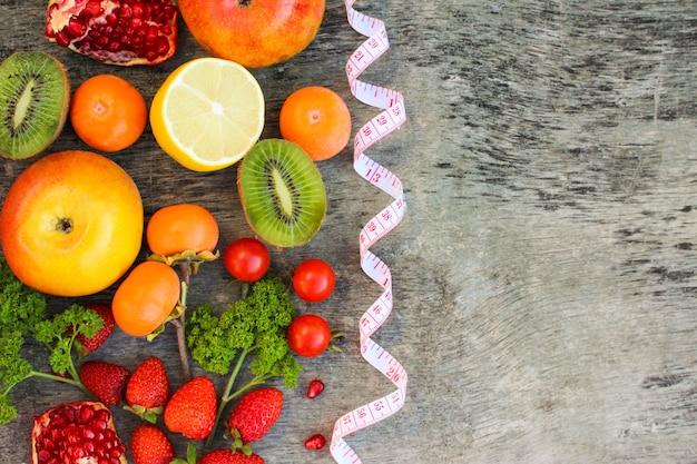 Obst, gemüse und in maßband in der diät