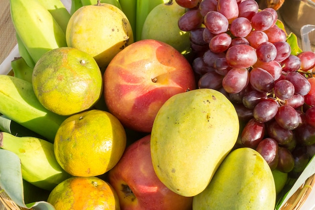 Obst im korb. tropische frucht