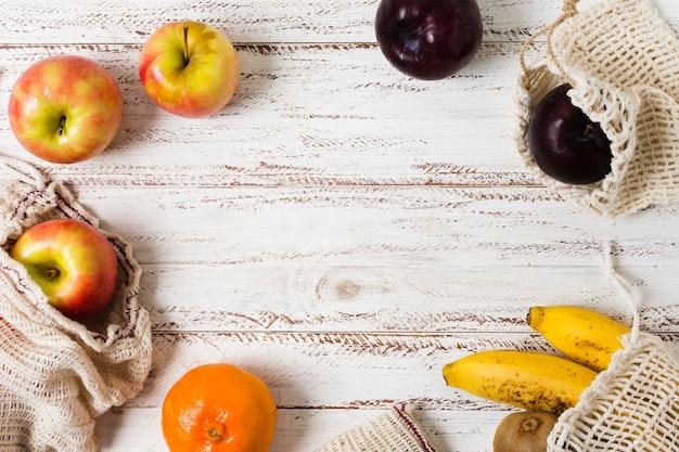 Obst in bio-beuteln für einen gesunden und entspannten geist