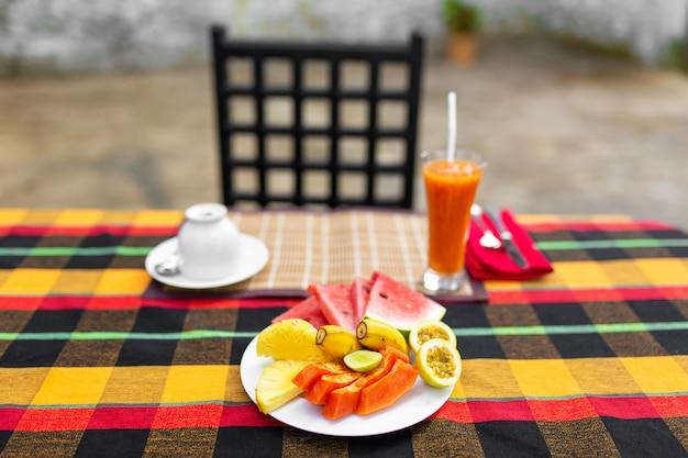 Obst platte. frische, saftige früchte in einem teller auf einem hintergrund der berge