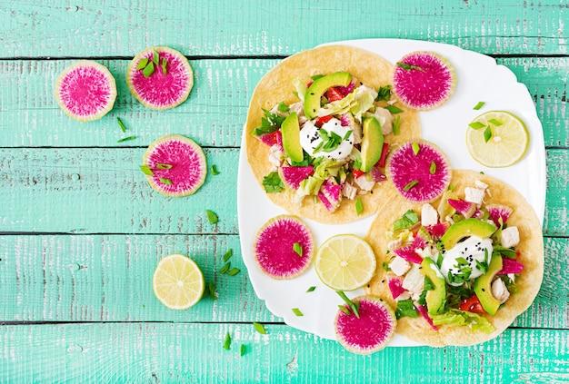 Obst und avocado tacos auf einem teller