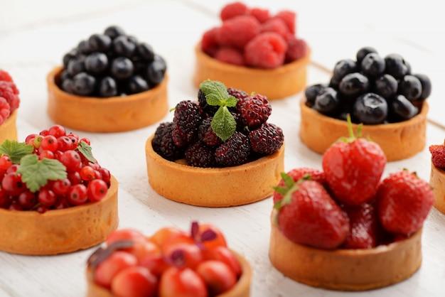 Obst und beeren törtchen desserttablett sortiert.
