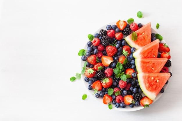 Obst- und beerenplatte über weiß. blaubeere, erdbeere, himbeere, brombeere, wassermelone