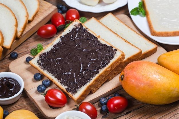 Obst und brot, herzhaftes frühstück schokoladensaucenbrot