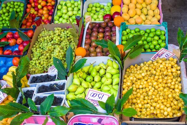 Obst und gemüse an einem landwirtmarkt
