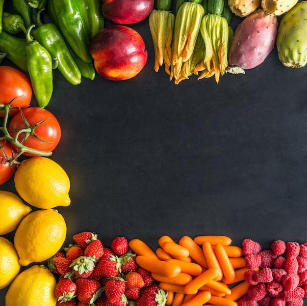 Obst und gemüse auf dunkel