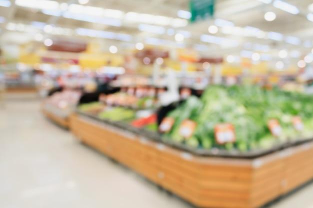 Obst und gemüse in den regalen im supermarkt verschwimmen