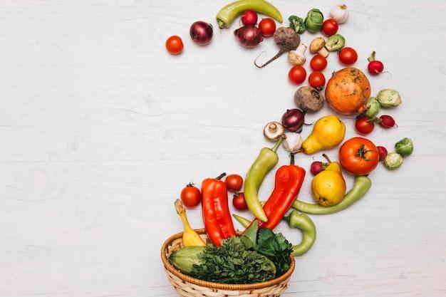 Obst und gemüse verschüttet aus der schüssel