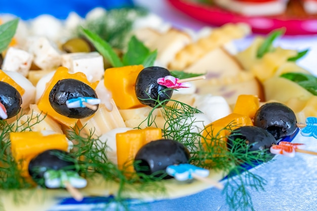 Obst- und gemüsesalate mit oliven, käse und anderen zutaten. gesundes essen.