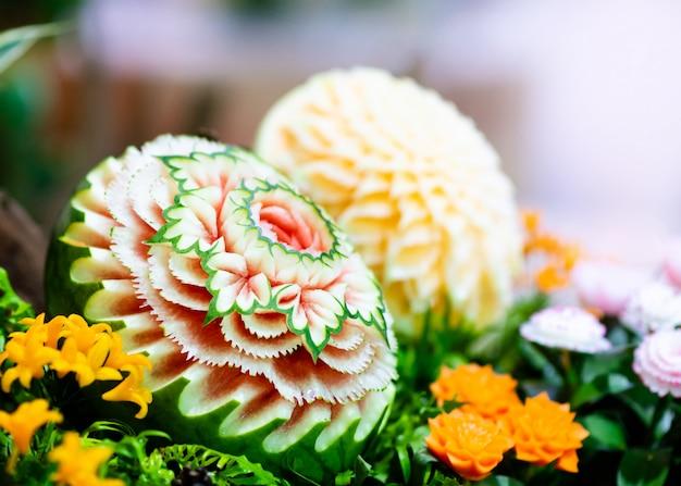 Obst- und gemüseschnitzereien, dekoration zum schnitzen von thailändischen früchten