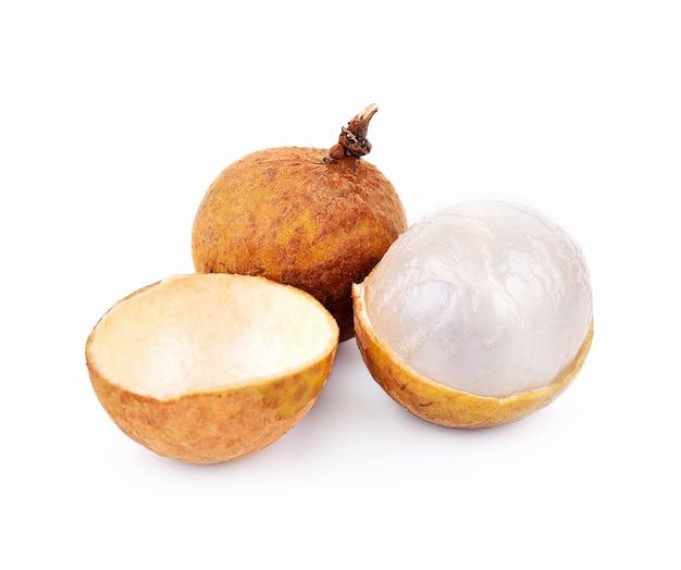 Obstbündel longan auf weißem hintergrund