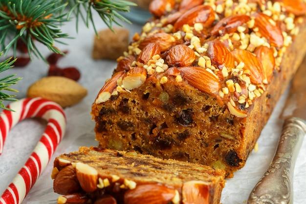 Obstkuchen. traditioneller weihnachtskuchen mit mandeln, getrockneten moosbeeren, zimt, kardamom, anis, nelken