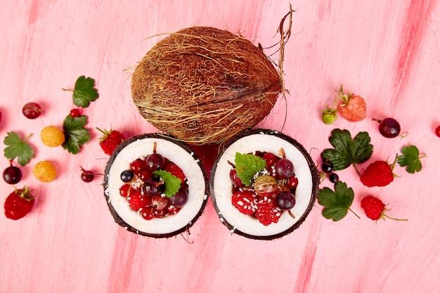 Obstsalat in der kokosschalenschüssel.