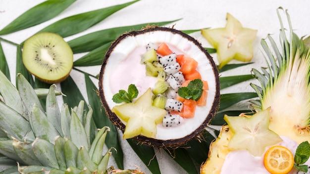 Obstsalat in kokosnussplatte und ananassternen