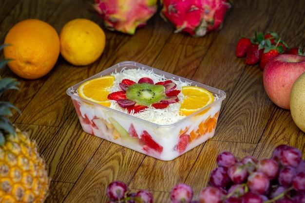 Obstsalat ist ein gesundes lebensmittel, das zu hause leicht zuzubereiten ist