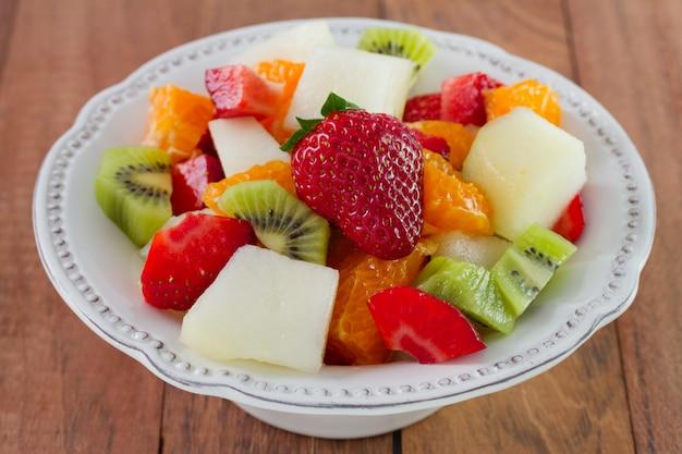 Obstsalat mit erdbeere auf der platte