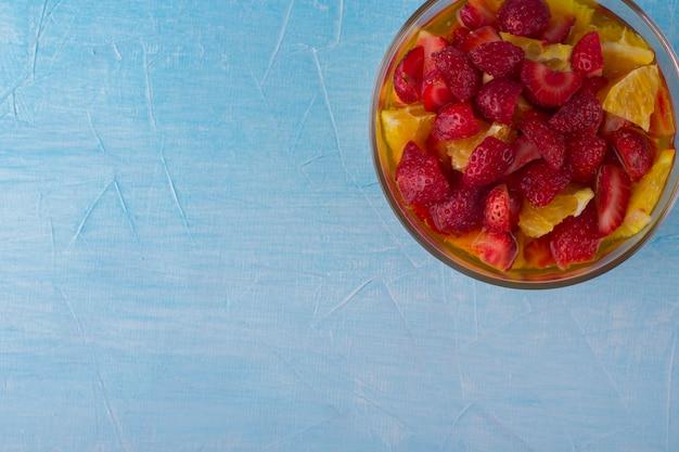 Obstsalat mit erdbeere und orangen