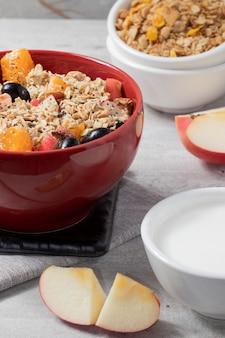 Obstsalat mit müsli, quinoa und joghurt. gesundes lebensmittelkonzept. selektiver fokus.