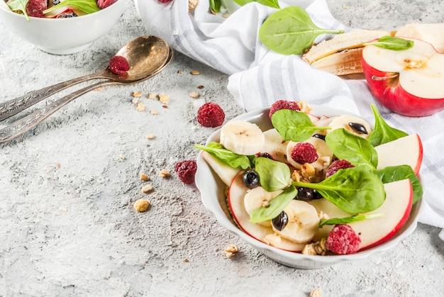 Obstsalat mit spinat und müsli