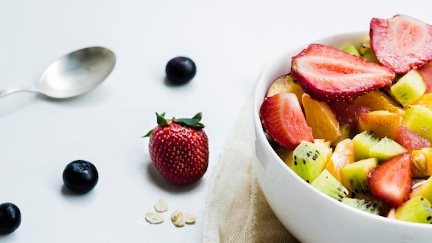 Obstsalat und beeren auf dem tisch
