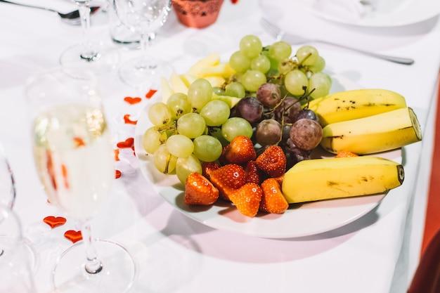 Obstteller auf einer hochzeitsfeier