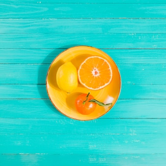 Obstteller auf tischmitte