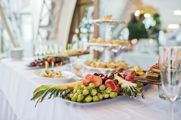 Obstteller mit ananas, trauben und pfirsich im restaurant