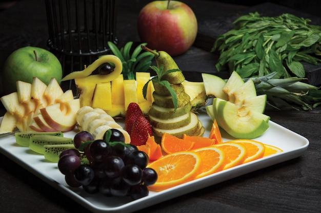 Obstteller mit einer großen auswahl an früchten gespendet