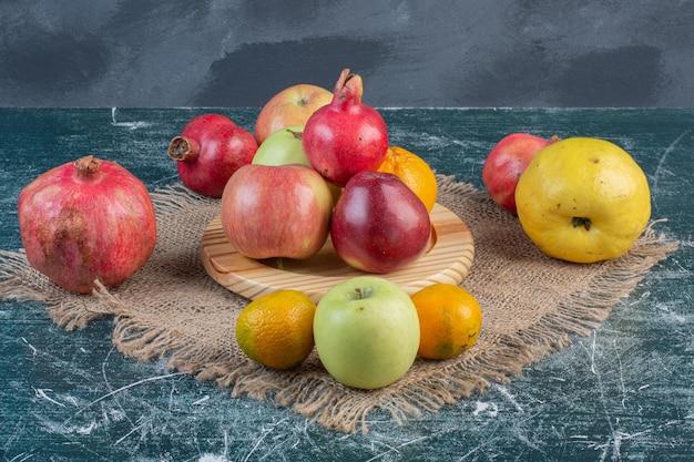 Obstteller mit kombination von herbstfrüchten.