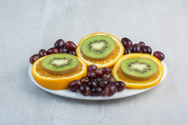 Obstteller mit trauben, kiwi und orangenscheiben