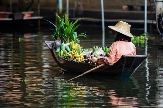 Obstverkäufersegelboot in dumneon saduak sich hin- und herbewegendem markt ratchaburi thailand