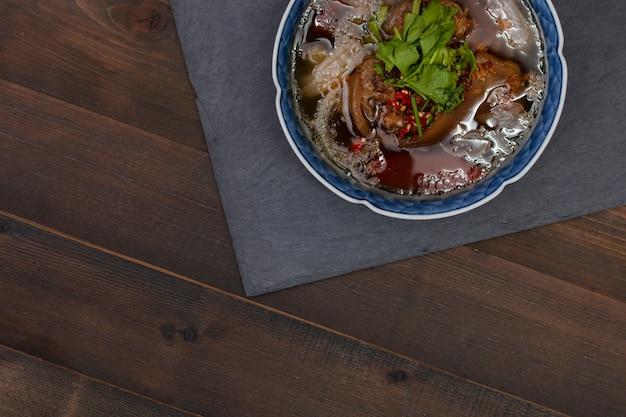 Ochsenschwanzsuppe, traditionelles muslimisches essen mit ochsenschwanzpüree mit gewürzen