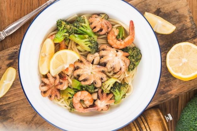 Octopus und shrimp seafood noodle