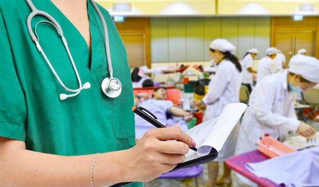 Octor mit krankenschwester, die blutspendehintergrund erhält
